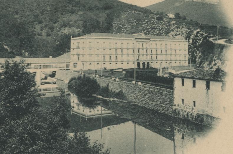 Argazkiaren hondoan, Bainuetxeko Gran Hotel. Eskubiko aldean, Catalina Zubizarretaren ostatua. guregipuzkoa.eus