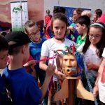 Gipuzkoako Eskola Txikien festaren lekukoa hartu du Aizarnako eskolak