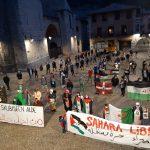 Mendebaldeko Saharako egoera salatzeko elkarretaratze jendetsua izan zen atzo plazan