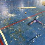 Kiroldegiko argizuloetatik beheko kantxara objektu ezberdinak bota dituzte